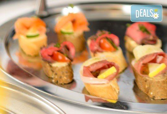 Апетитна комбинация от 110 бр. тарталети с ягодов крем и плодове и солени хапки с разнообразни вкусове, аранжирани в 4 плата и готови за сервиране, от Густос Кетъринг! - Снимка 2