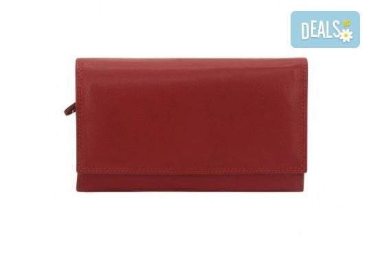 Красиво и стилно! Дамско портмоне в червен цвят от естествена кожа и RFID защита за безконтактни кредитни карти на Friedrich! - Снимка 2