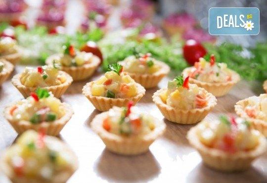 100 броя мини кроасани, мини еклери и тарталети, аранжирани и декорирани за директно сервиране, от кулинарна работилница Деличи! - Снимка 2