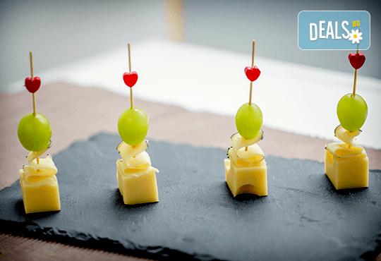 """Коктейлни хапки """"Романтика"""" – 2 плата с 54 броя тарталети с френски сирена и свежи плодови шишчета, аранжирани и декорирани за директно сервиране! - Снимка 2"""