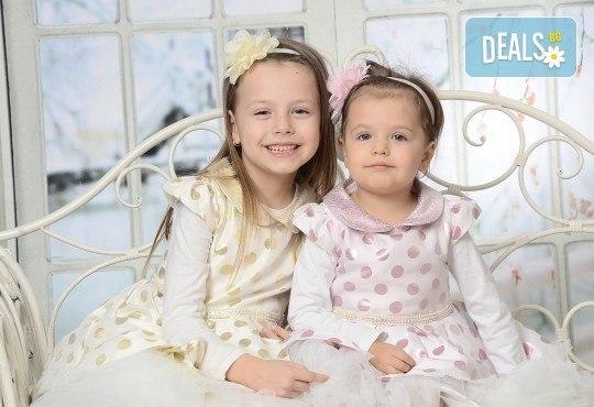 Пролетна семейна или детска фотосесия със 160-180 кадъра и фотокнига с твърди корици по желание от Photosesia.com! - Снимка 3