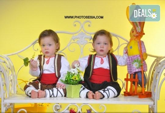 Пролетна семейна или детска фотосесия със 160-180 кадъра и фотокнига с твърди корици по желание от Photosesia.com! - Снимка 4