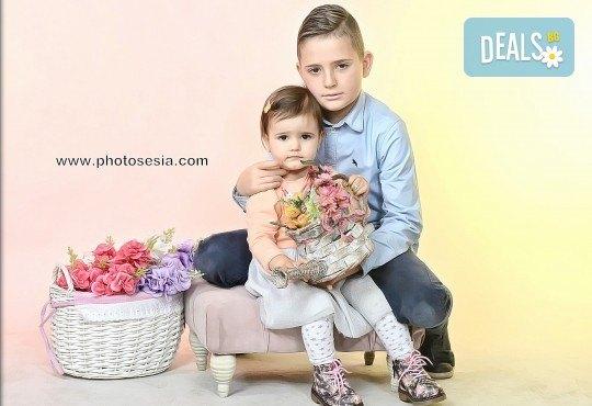 Пролетна семейна или детска фотосесия със 160-180 кадъра и фотокнига с твърди корици по желание от Photosesia.com! - Снимка 5