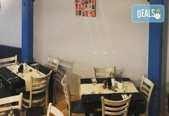Апетитна пица по избор с автентичен вкус по оригинална рецепта от италиански ресторант Mangia e Bevi в центъра на София! - Снимка 6