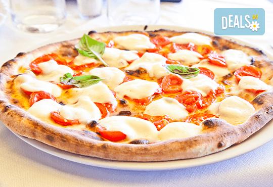 Апетитна пица по избор с автентичен вкус по оригинална рецепта от италиански ресторант Mangia e Bevi в центъра на София! - Снимка 1