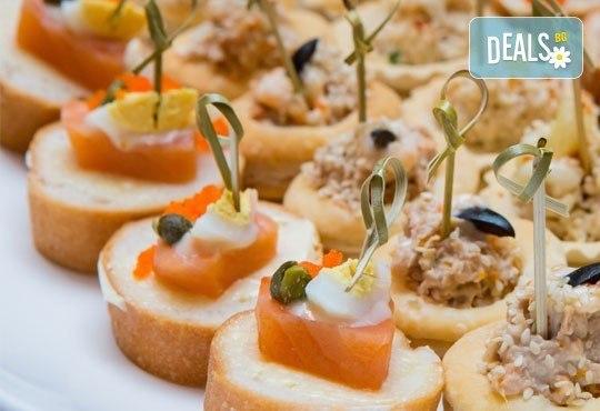 Микс от 120 хапки с френски сирена, мини еклери с плодове и ванилов крем, прошуто и моцарела, ароматен крем и пушена сьомга от Топ Кет Кетъринг! - Снимка 2