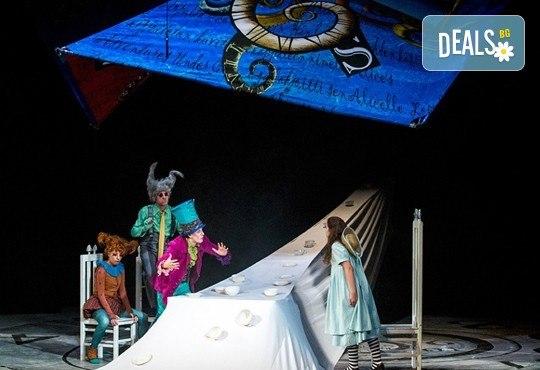 На театър с децата! Гледайте Алиса в страната на чудесата на 13.05. неделя от 11 ч. в Младежки театър, голяма сцена! 1 билет - Снимка 7