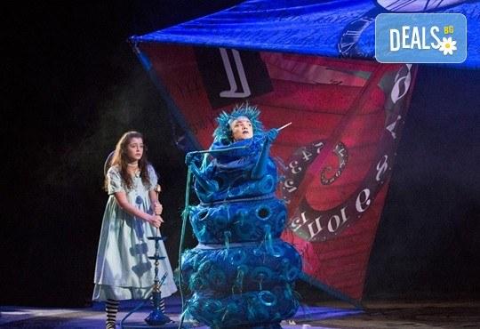 На театър с децата! Гледайте Алиса в страната на чудесата на 13.05. неделя от 11 ч. в Младежки театър, голяма сцена! 1 билет - Снимка 2