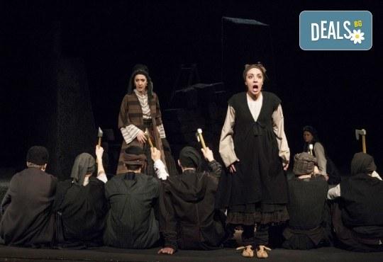 Премиера за сезона! Гледайте Как Инджето не стана цар на 12.05. от 19ч. в Младежки театър, 1 билет! - Снимка 4