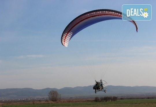 Адреналин! Тандемен полет с двуместен моторен парапланер близо до София и HD видеозаснемане от клуб Vertical Dimension! - Снимка 11