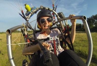 Адреналин! Тандемен полет с двуместен моторен парапланер близо до София и HD видеозаснемане от клуб Vertical Dimension! - Снимка