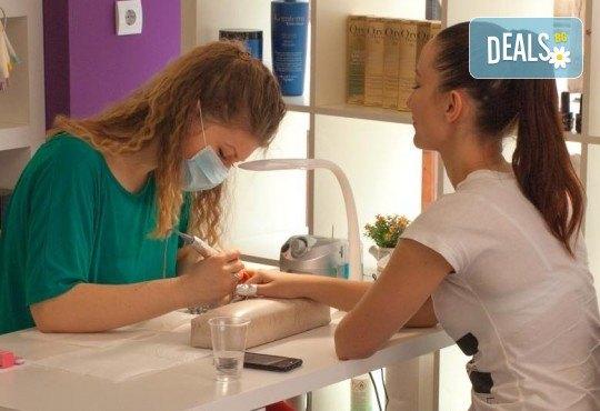 Нов цвят! Боядисване с Ваша боя, масажно измиване с шампоан според типа коса, нанасяне на маска и оформяне на прическа със сешоар в Bossa Nova! - Снимка 8