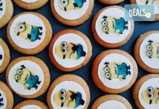 Изненадайте Вашия малчуган! Детски бисквити със снимка на любим герой: Мики Маус, Миньоните, Макуин, Елза или с друга снимка по избор от Muffin House! - Снимка 1