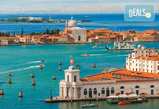 Лятна екскурзия до прелестната Венеция със самолет! 3 нощувки със закуски, самолетен билет и летищни такси - Снимка 1