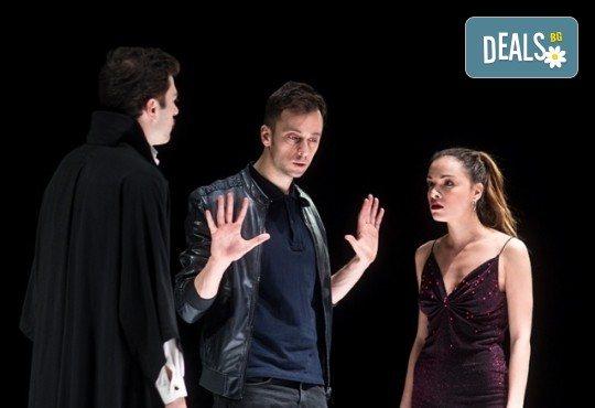 Гледайте премиера за сезона на сцената на Младежки театър Николай Бинев! Петел, режисьор Стайко Мурджев, на 22.05. от 19 ч, билет за един - Снимка 2