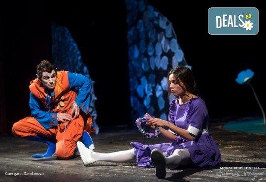 На театър с децата! Гледайте новата приказка Хензел и Гретел на 20.05. неделя от 11 ч. в Младежки театър, голяма сцена! Билет за един - Снимка 3