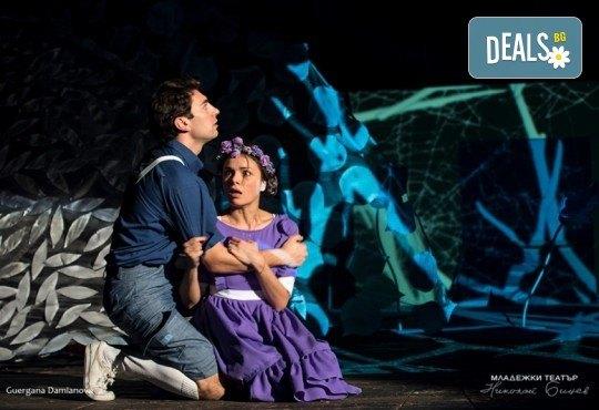 На театър с децата! Гледайте новата приказка Хензел и Гретел на 20.05. неделя от 11 ч. в Младежки театър, голяма сцена! Билет за един - Снимка 1