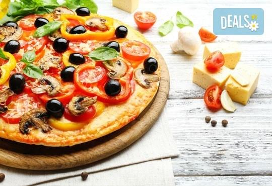 2 малки пици по избор: Капричоза, Калцоне, Поло, Хавай, Прошуто или друга от Ресторант Златна круша! - Снимка 1