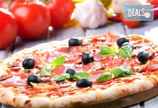 Обяд или вечеря в Ресторанти Златна круша! Две големи тънки пици или три малки тънки пици - Снимка 2