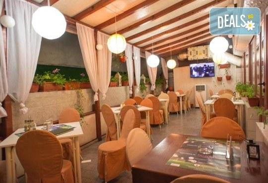 Обяд или вечеря в Ресторанти Златна круша! Две големи тънки пици или три малки тънки пици - Снимка 6