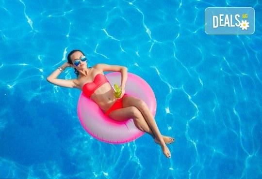 Лятно забавление за деца и възрастни! Вход за басейн с минерална вода, ползване на чадър и шезлонг в Акваленд Банкя! - Снимка 1