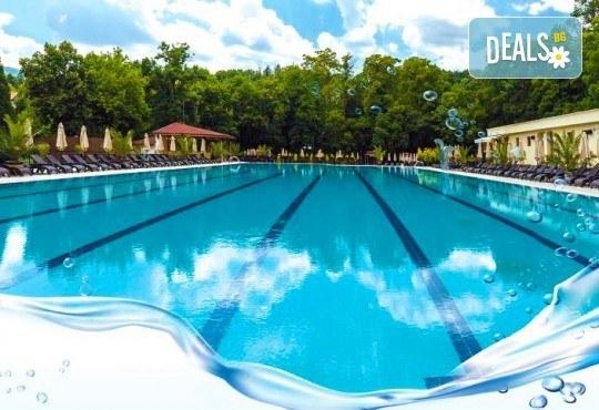 Лятно забавление за деца и възрастни! Вход за басейн с минерална вода, ползване на чадър и шезлонг в Акваленд Банкя! - Снимка 2