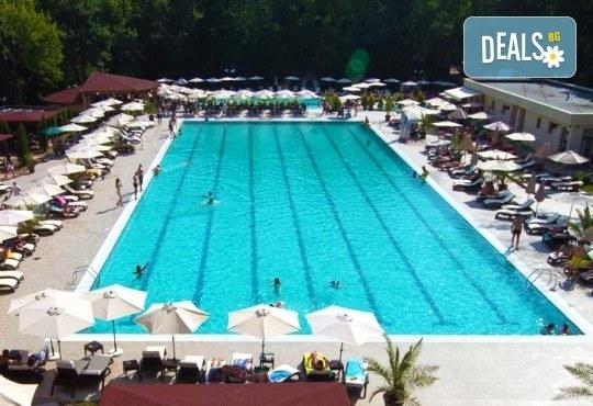 Лятно забавление за деца и възрастни! Вход за басейн с минерална вода, ползване на чадър и шезлонг в Акваленд Банкя! - Снимка 4