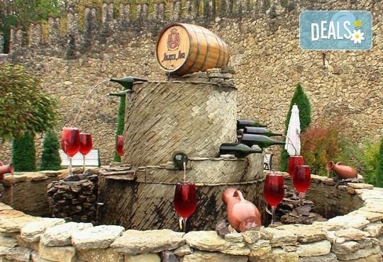 Екскурзия до Румъния и Молдова през октомври! 3 нощувки със закуски, транспорт, екскурзовод и богата програма за Националния ден на виното в Кишинев - Снимка 3