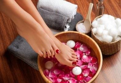 Релаксирайте! Масажна СПА терапия за крака, глава и скалп в салон за красота Женско царство! - Снимка