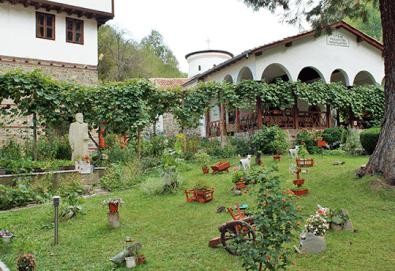 Посетете за 1 ден паметника на Дядо Йоцо, манастира Седемте престола и водопада Скакля - транспорт и екскурзовод от Глобул Турс!