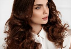 Сияйна и обемна коса! Масажно измиване с професионални продукти и оформяне на прическа със сешоар в Art Hair Galerie! - Снимка