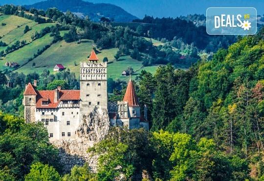 """Last minute! Екскурзия до Румъния през юни - 2 нощувки със закуски в хотел 2/3* Синая, транспорт, панорамен тур в Букурещ и посещение на замъка """"Пелеш"""", Бран и Брашов - Снимка 2"""