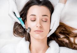 Микроиглена мезотерапия на лице с дермапен и геникс серум за подмладяване и нанасяне на кислородна маска в Изабел Дюпонт студио и магазин за красота! - Снимка