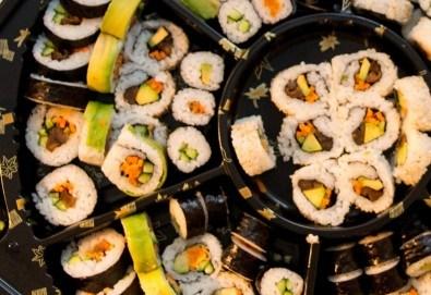 Екзотично, вкусно и на добра цена! Възползвайте се от апетитното предложение на Sushi House, суши сет - 84 хапки, красиво аранжирани и готови за сервиране! - Снимка
