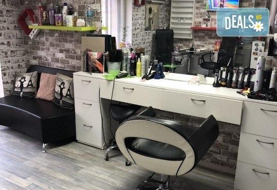 Нова прическа! Боядисване на корени с италианска боя Farma Vita, масажно измиване, терапия според нуждите на косата, прав сешоар и подстригване на връхчета в салон за красота Diva - Снимка 6