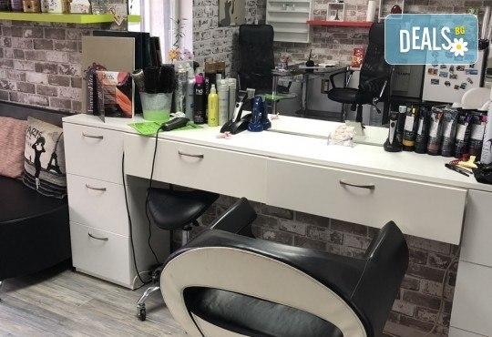 Нова прическа! Боядисване на корени с италианска боя Farma Vita, масажно измиване, терапия според нуждите на косата, прав сешоар и подстригване на връхчета в салон за красота Diva - Снимка 8
