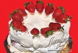 С нежен вкус на целувка! Хрупкава бяла торта с целувки от сладкарница Лагуна! - Снимка