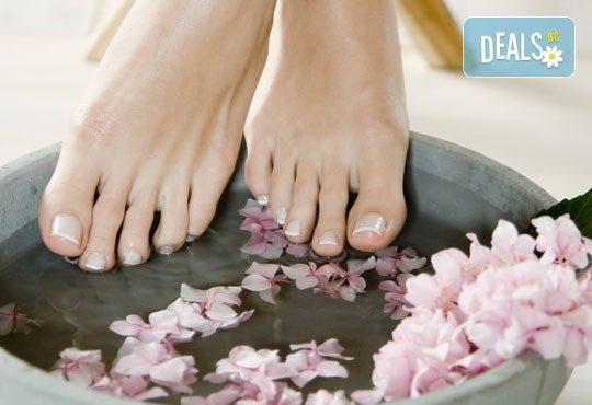 Поглезете себе си! СПА педикюр с морски соли на Star Nails и лакиране в Beauty center D&M! - Снимка 4