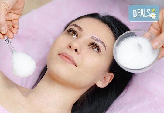 Стягаща и повдигаща анти ейдж или избелваща лифтинг терапия за лице с Hyaluronica Mesococtails Vita Face и Vita White от сертифициран лекар в салон Make Trix! - Снимка 3