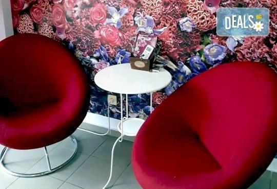 Безупречен завършек на Вашата визия! Педикюр с лак на OPI или SNB в салон за красота V and A Glamour! - Снимка 5