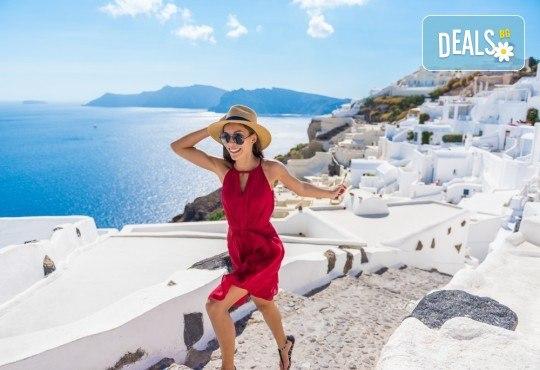 Почивка за Септемврийските празници на романтичния остров Санторини, Гърция! 6 нощувки със закуски в хотел 3*, транспорт и посещение на Атина! - Снимка 1