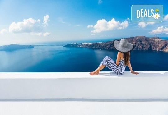 Почивка за Септемврийските празници на романтичния остров Санторини, Гърция! 6 нощувки със закуски в хотел 3*, транспорт и посещение на Атина! - Снимка 4