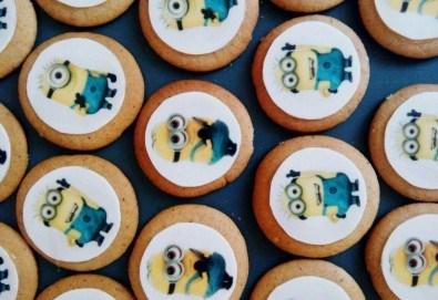 За децата!! Детски бисквити със снимка на любим герой: Мики Маус, Миньоните, Макуин, Елза или с друга снимка по избор от Muffin House! - Снимка