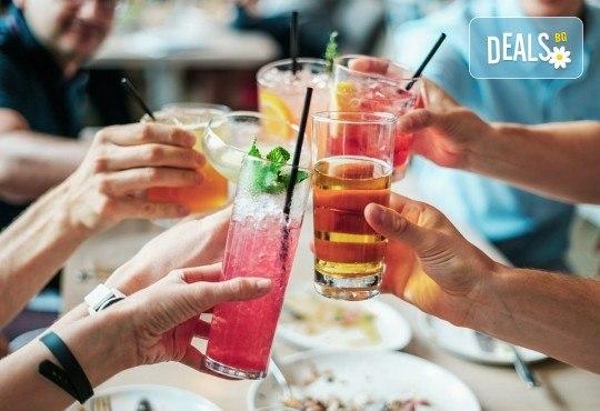 Два разхлаждащи коктейла по избор от цялото меню на Royal Place Shisha Bar