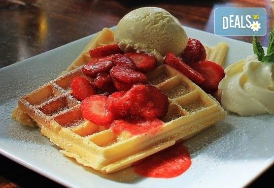 Започнете деня с вкусна гофрета с топинг и сладолед и ароматно чокофредо в Royal Place Shisha Bar! - Снимка 3