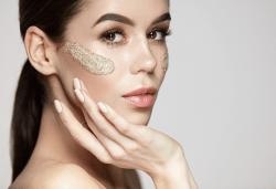 Дълбоко почистване на лице с пилинг, нанасяне на възстановяваща маска, серум и енергизираща кожата кислородна терапия в салон за красота Женско царство в Центъра! - Снимка