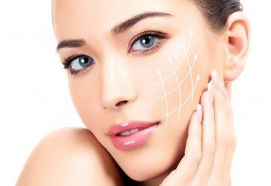 Лятна фотон терапия за лице с ултразвуков масажор и нанасяне на серум в салон за красота Женско царство в Центъра! - Снимка