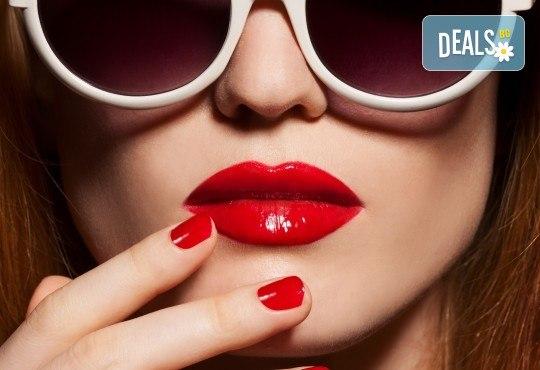 Уголемяване на устни или попълване на бръчки със 100% хиалуронова киселина и ултразвук - 1 или 5 процедури, в салон за красота Женско царство в Центъра или Ст. град! - Снимка 1