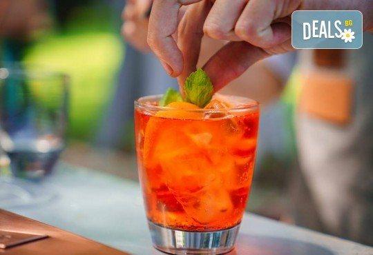 Заповядайте на Bartender Show в La Cubanita на 04.08. и вземете 3 ръчно приготвени пред Вас коктейла от българския финалист в най-престижния бармански конкурс в света - Димитър Петровски! - Снимка 1