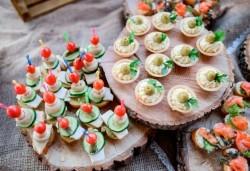 Вкусно и изгодно предложение! 25 броя брускети с крема сирене и сушени домати от H&D catering, София! - Снимка